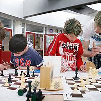 Nederland, Amsterdam , 29 april 2010..Kinderen leren schaken bij Schaakclub Zeeburg bij de Insulindeschool op de sumatrastraat..Foto:Jean-Pierre Jans