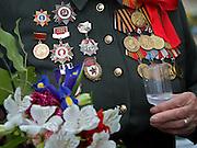 Russische Veteranin des Zweiten Weltkriegs dekoriert mit Orden und in Uniform trinkt einen Wodka am Tag der großen Siegesparade im Zentrum der russischen Hauptstadt Moskau.<br /> <br /> Female Russian World War II veteran in uniform decorated with medals drinking a glass of Vodka during the day of the Victory Parade in the center of the Russian capital Moscow.