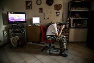Stefano nella sua stanza con computer, consolle per videogiochi e TV sempre sintonizzata su programmi di cartoni animati.  soffre di tachicardia, crisi di panico, e altri disturbi comporamentali. Le crisi più acute si verificano la notte. Come tanti Hikikomori inverte il ritrmo circadiano . Tende a vivere al contrario, dorme di giorno e si sveglia al tramonto.