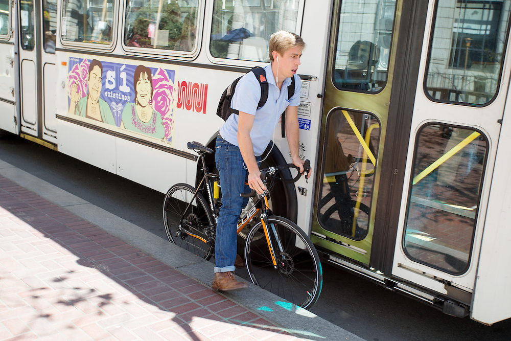 Een fietser in San Francisco zit tussen een stadsbus en het trottoir. De Amerikaanse stad San Francisco aan de westkust is een van de grootste steden in Amerika en kenmerkt zich door de steile heuvels in de stad. Ondanks de heuvels wordt er steeds meer gefietst in de stad.<br /> <br /> A cyclist in San Francisco is jammed between a bus and the pavement. The US city of San Francisco on the west coast is one of the largest cities in America and is characterized by the steep hills in the city. Despite the hills more and more people cycle.