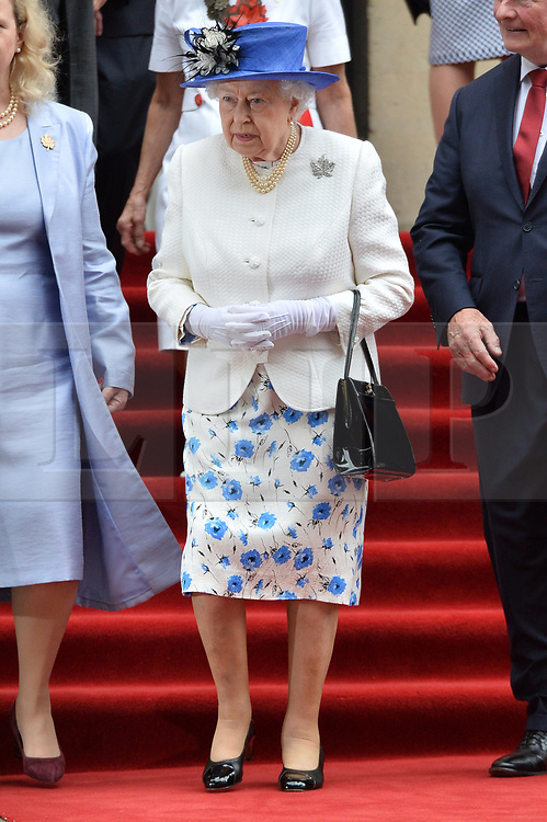 © Licensed to London News Pictures. 19/07/2017. London, UK. HRH QUEEN ELIZABETH II unveils a new Jubilee Walkway panel outside Canada House as part of the Canada's 150th anniversary of Confederation. Photo credit: Ray Tang/LNP