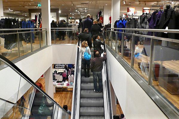 Duitsland, Kleef, 9-11-2008Drukke winkel,warenhuis in het centrum van deze stad vlakbij Nijmegen. Het is koopzondag en veel nederlanders gaan hier inkopen doen.Foto: Flip Franssen/Hollandse Hoogte