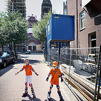 Nederland, Amsterdam , 28 juni 2010..Renovatieperikelen bij Jacob Obrechtstraat en bij appartementen Palestrinastraat..Renovation in Amsterdam with two children in orange, suppporters of the Dutch football team.