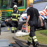 NLD/Huizen/20070425 - Ernstig ongeval met beknelling de Haar - Huizermaatweg Huizen, fietser onder vrachtwagen, bevoorading van dranken ivm de hitte