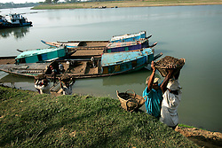 BANGLADESH SYLHET CHHATTAK 24FEB05 - Labourers shift mud at Chattak Gas Field, owned by Niko Resources, close to border with India/Meghalay...jre/Photo by Jiri Rezac ..© Jiri Rezac 2005..Contact: +44 (0) 7050 110 417.Mobile:  +44 (0) 7801 337 683.Office:  +44 (0) 20 8968 9635..Email:   jiri@jirirezac.com.Web:    www.jirirezac.com..© All images Jiri Rezac 2005- All rights reserved.
