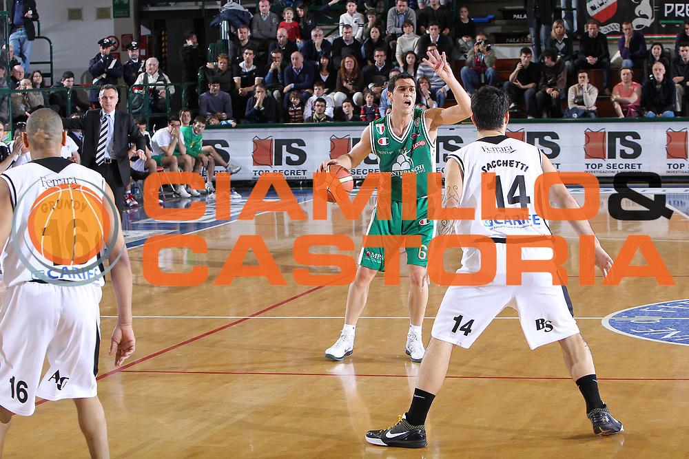 DESCRIZIONE : Ferrara Lega A 2009-10 Carife Ferrara Montepaschi Siena <br /> GIOCATORE : Nikolaos zisis<br /> SQUADRA : Montepaschi Siena <br /> EVENTO : Campionato Lega A 2009-2010 <br /> GARA : Carife Ferrara Montepaschi Siena<br /> DATA : 07/03/2010<br /> CATEGORIA : Palleggio Schema<br /> SPORT : Pallacanestro <br /> AUTORE : Agenzia Ciamillo-Castoria/G.Contessa<br /> Galleria : Lega Basket A 2009-2010 <br /> Fotonotizia : Ferrara Campionato Italiano Lega A 2009-2010 Carife Ferrara Montepaschi Siena<br /> Predefinita :