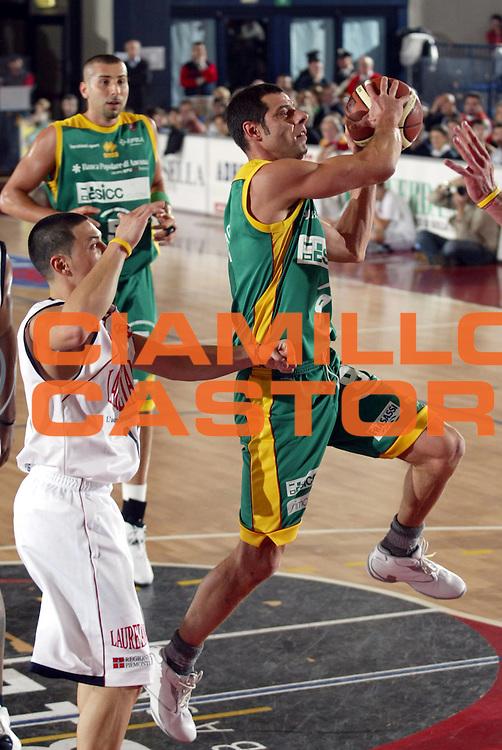 DESCRIZIONE : BIELLA CAMPIONATO LEGA A1 2004-2005<br />GIOCATORE : ROSSINI<br />SQUADRA : sicc jesi<br />EVENTO : CAMPIONATO LEGA A1 2004-2005<br />GARA : LAURETANA BIELLA-SICC JESI<br />DATA : 05/12/2004<br />CATEGORIA : Penetrazione<br />SPORT : Pallacanestro<br />AUTORE : AGENZIA CIAMILLO &amp; CASTORIA/S.Ceretti
