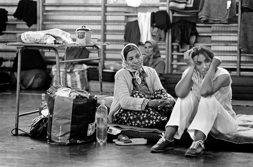 BOSNIEN - Bosnia - WAR in former Yugoslavia; Krieg im ehemaligen Jugoslawien; Srebenica; Bosnische Frauen, die aus Srebenica geflüchtet sind, in einer Flüchtlingsunterkunft in Zivinice bei Tuzla; Die bosnische Enklave Srebenica - damals UN-Schutzzone - wurde Schauplatz eines Massaker seits der bosnisch-serbischen Armee unter Führung des Generals Ratko Mladic. Bosnische (muslimische) Männer wurden verschleppt und ermordert; Bis nach Tuzla entkamen dem Massaker hauptsächlich Frauen, Kinder und Alte. 27.07.1995; © Christian Jungeblodt