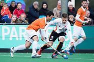 BLOEMENDAAL - Hockey - Bloemendaal-Oranje Rood 3-2. /Jamie Dwyer (Bldaal) met Bram Huijbregts (Oranje-Rood)   COPYRIGHT KOEN SUYK