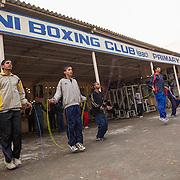 Les élèves de Bhiwani Boxing Club sautent la corde dans la cour du complexe pour commencer à se réchauffer. Ils s'entraînent le matin de 6h30 jusqu'à 9h30 et l'après midi de 18h husqu'à 21h