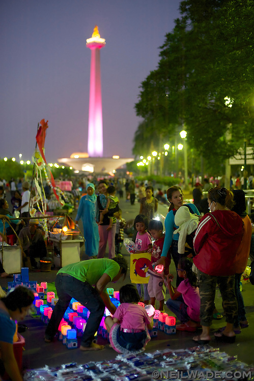 During the long EID holiday in Jakarta, Indonesia, many people gather at the MONAS National Monument for picnics.