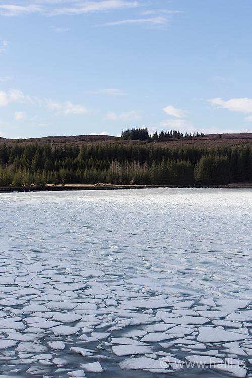 Ice cap at the lake Thingvallavatn Iceland - Íshella við Þingvallavatn