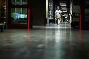 Nederland, Nijmegen, 16-7-2005..Verpleegkundige loopt in de nacht door een gang van het..ziekenhuis UMC Radboud. Nachtdienst, veiligheid, angst, gevoel van onveiligheid, donker, onzeker, openbaar gebouw, diefstal, criminaliteit...Foto: Flip Franssen