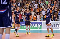 27-05-2017 NED: 2018 FIVB Volleyball World Championship qualification day 4, Apeldoorn<br /> Oostenrijk - Nederland / Zwaar bevochten overwinning voor Nederland dat met 3-2 wint / Vreugde bij Nederland Jeroen Rauwerdink #10, Robbert Andringa #18, Thomas Koelewijn #15