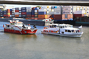 Mannheim. 29.07.17 | &Uuml;bung um M&uuml;hlauhafen<br /> M&uuml;hlauhafen. Rettungs&uuml;bung von Feuerwehr DLRG und ASB. Das Szenario: Ein Fahrgastschiff brennt und die Passagiere m&uuml;ssen gerettet werden. <br /> Auf der MS Oberrhein wird ge&uuml;bt. Dazu ankert das Schiff in der Fahrrinne des M&uuml;hlauhafens. Das Feuerl&ouml;schboot Metropolregion 1 kommt dazu.<br /> <br /> BILD- ID 0923 |<br /> Bild: Markus Prosswitz 29JUL17 / masterpress (Bild ist honorarpflichtig - No Model Release!)