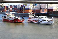 Mannheim. 29.07.17   &Uuml;bung um M&uuml;hlauhafen<br /> M&uuml;hlauhafen. Rettungs&uuml;bung von Feuerwehr DLRG und ASB. Das Szenario: Ein Fahrgastschiff brennt und die Passagiere m&uuml;ssen gerettet werden. <br /> Auf der MS Oberrhein wird ge&uuml;bt. Dazu ankert das Schiff in der Fahrrinne des M&uuml;hlauhafens. Das Feuerl&ouml;schboot Metropolregion 1 kommt dazu.<br /> <br /> BILD- ID 0923  <br /> Bild: Markus Prosswitz 29JUL17 / masterpress (Bild ist honorarpflichtig - No Model Release!)