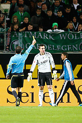 03.12.2011,Volkswagen Arena, Wolfsburg, GER, 1.FBL, VFL Wolfsburg vs 1. FSV Mainz 05, im Bild Schiedsrichter Peter Sippel zeigt Diego Benaglio (Torwart Wolfsburg) die gelbe Karte .// during the match from GER, 1.FBL,VFL Wolfsburg vs 1. FSV Mainz 05 on 2011/12/03, Volkswagen Arena, Wolfsburg, Germany..Foto © nph / Schrader