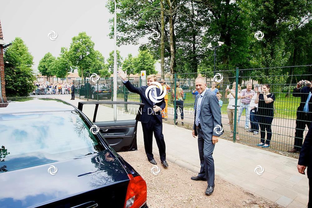 TILBURG - Koning Willem-Alexander brengt een bezoek aan de Buurtmoestuin bij Moedercentrum De Ketting. FOTO LEVIN DEN BOER - PERSFOTO.NU
