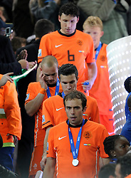 11.07.2010, Soccer-City-Stadion, Johannesburg, RSA, FIFA WM 2010, Finale, Niederlande (NED) vs Spanien (ESP) im Bild enttäuschte Spieler der Niederlande nach ihrer Ehrung als Vizeweltmeister, EXPA Pictures © 2010, PhotoCredit: EXPA/ InsideFoto/ Perottino *** ATTENTION *** FOR AUSTRIA AND SLOVENIA USE ONLY! / SPORTIDA PHOTO AGENCY