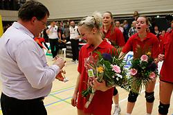 21-04-2012 VOLLEYBAL: B- LEAGUE DAMES VCN KING SOFTWARE - KINDERCENTRUM ALTERNO 2: CAPELLE AAN DEN IJSSEL <br /> Ruud Bergwerff reikt de beker behorend bij het kampioenschap in de B-League uit aan aanvoerdster Ingerlise Kooijman<br /> ©2012-FotoHoogendoorn.nl / Pim Waslander