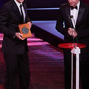 NLD/Den Haag/20111212 - NOC / NSF Sportgala 2011, Pieter van den Hoogenband overhandigd de Ouvreprijs aan Edwin van der Sar