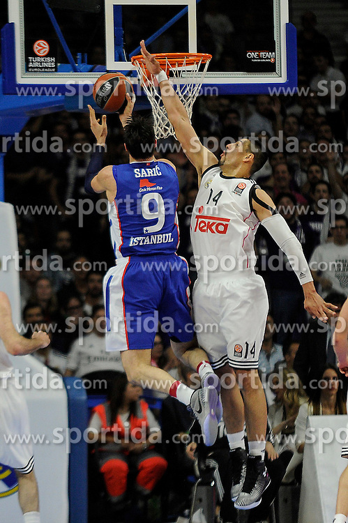 15.04.2015, Palacio de los Deportes stadium, Madrid, ESP, Euroleague Basketball, Real Madrid vs Anadolu Efes Istanbul, Playoffs, im Bild Real Madrid&acute;s Gustavo Ayon and Anadolu Efes&acute;s Dario Saric // during the Turkish Airlines Euroleague Basketball 1st final match between Real Madrid vand Anadolu Efes Istanbul t the Palacio de los Deportes stadium in Madrid, Spain on 2015/04/15. EXPA Pictures &copy; 2015, PhotoCredit: EXPA/ Alterphotos/ Luis Fernandez<br /> <br /> *****ATTENTION - OUT of ESP, SUI*****