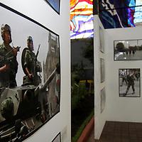 """TOLUCA, México.- El Cosmovitral de Toluca es sede de una exposición fotográfica denominada """"Conoce al Ejército y Fuerza Aérea Mecana"""" instalada por la 22 zona militar, con la finalidad de difundir el trabajo del ejercito en el combate al narcotráfico y la atención en situaciones de emergencia. Agencia MVT / Crisanta Espinosa. (DIGITAL)"""
