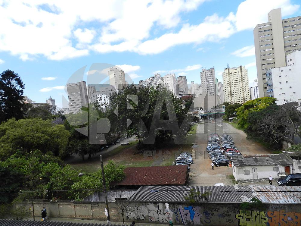 SAO PAULO - SP - 26 DE SETEMBRO DE 2013 - PARQUE AUGUSTA. Um terreno de 24 mil m² na rua Augusta, entre a rua Caio Padro e a rua Marquês de Paranaguá, vive um dilema das grandes cidades: a preservação das áreas verdes e de lazer contra a especulação imobiliária. os moradores querem que a Prefeitura transforme a área em um parque, mas o dono do terreno, o ex-banqueiro Armando Conde, 81, pretende erguer duas torres de 100m. O terreno é considerado a última área verde e permeável do centro e conta com árvores centenárias. (Foto: Mauricio Camargo/Brazil Photo Press)