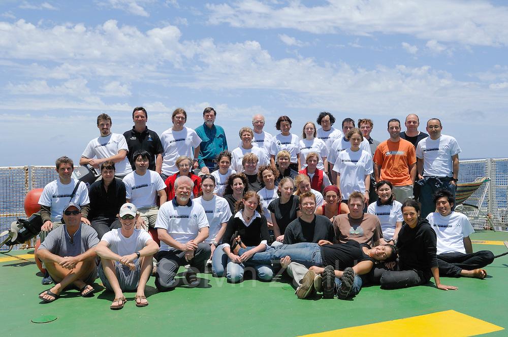 Wissenschaftler Team der AWI Expedition ANT-XXIV/1 von liks nach rechts: (Barber, Jonathan) (Sutton, Tracey) (Blanco Bercial, Leocadio) (Milhahn, Kirstin) (Sweetman, Christopher) (Piatkowski, Uwe) (Nishibe, Yuichiro) (Ossenbrügger, Holger) (Grieve, Janet ) (Buchholz, Friedrich) (Wiebe, Peter) (Kruse, Svenja) (Helmschmidt, Jessica) (Clarke-Hopcroft, Cheryl) (Allison, Dicky) (Schiel, Sigrid) (Benskin, Clare) (Angel, Martin) (Copley, Nancy) (Blachowiak-Samolyk, Katarzyna) (Pierrot-Bults, Annelies) (Nigro, Lisa)  (Folkers, Christina) (Bucklin, Ann) (Schuster, Jasmin) (Zoll, Yann) (Escribano, Rubén) (Schmitt, Bettina) (Auel, Holger) (Möckel, Claudia) (Wassmann, Andreas) (Jennings, Rob)  (Kuriyama, Mikiko) (Batta Lona, Paola) (Zankl, Solvin) (Bentama, Laila) (Machida, Ryuji) (Miyamoto, Hiroomi) - Der Schwerpunkt der wissenschaftlichen Untersuchungen während der Expedition ANT-XXIV/1 liegt auf Untersuchungen zur Biodiversität des Zooplanktons und ist Teil des internationalen Projekts ?Census of Marine Zooplankton? (CMarZ siehe www.cmarz.org), einem Feldprojekt des ?Census of Marine Life? (CoML siehe www.coml.org).