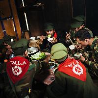 HSSU 20150409 TNLA kapinallisryhmä Shanin osavaltiossa, Myanmar. Ruoaksi TNLA:n sotilaat saavat unikko salaatinlehtiä. Kuva: Benjamin Suomela