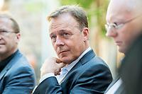 14 AUG 2017, KASSEL/GERMANY:<br /> Thomas Oppermann, SPD Fraktionsvorsitzender, im Gespraech mit Journalisten, waehrend seiner Sommerreise<br />  IMAGE: 20170814-017