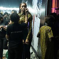 Les modèles portant des tenues de Lola attendent en backstage avant de defiler lors de la Lagos Fashion and Design Week.