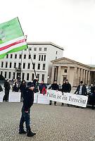 "Berlin februar 2012.<br /> Demonstranter i Berlin ved Branderburger Tor holder en plakt med skriften ""Putin ist ein Terroristt"".<br /> Foto: Svein Ove Ekornesvåg"