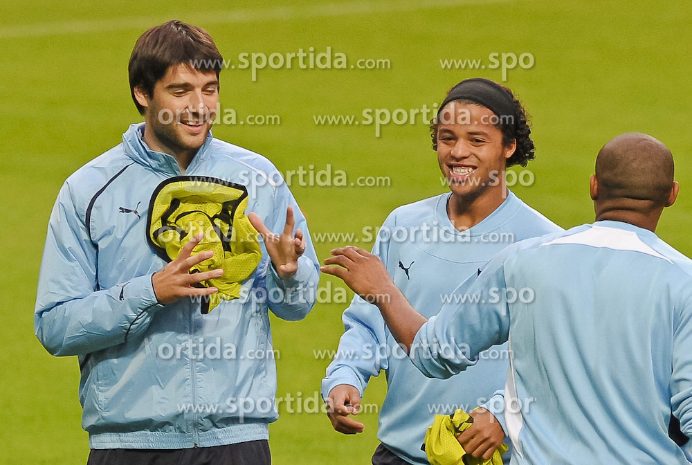 13.09.2010, Weserstadion, Bremen, GER, UEFA CL, Training Tottenham Hotspur, im Bild Vedran Corluka (Tottenham #22, links), Giovani Dos Santos (Tottenham #17, Mitte)  EXPA Pictures © 2010, PhotoCredit: EXPA/ nph/  Frisch+++++ ATTENTION - OUT OF GER +++++ / SPORTIDA PHOTO AGENCY