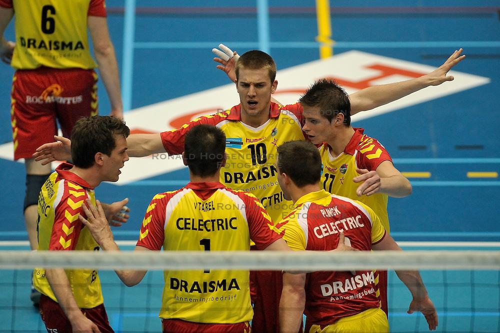 02-04-2011 VOLLEYBAL: SEMI FINAL DRAISMA APELDOORN - RIVIUM ROTTERDAM: APELDOORN<br /> Rotterdam wint de 3de wedstrijd in de playoffs en plaatst zich voor de finale / <br /> (L-R) Sjoerd Hoogendoorn, Kars van Tarel, Ewoud Gommans, Niels Plinck, Floris van Rekom<br /> &copy;2011 Ronald Hoogendoorn Photography