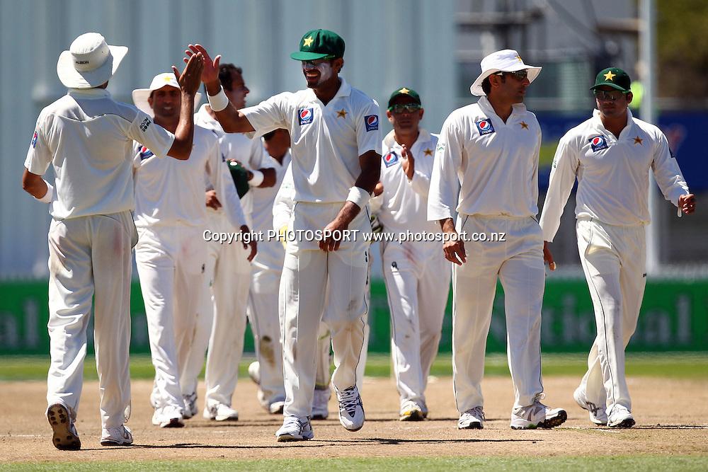 Pakistan players celebrate. New Zealand Black Caps v Pakistan, Test Match Cricket. Day 2 at Seddon Park, Hamilton, New Zealand. Saturday 8 January 2011. Photo: Anthony Au-Yeung/photosport.co.nz