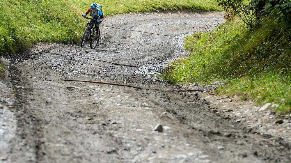 12-09-2017 FRA: BvdGF Tour du Mont Blanc day 3, Chamonix<br /> We starten deze dag met een prachtige afdaling. Nadien splitsen de groepen en volgt een pittige klim waarbij we de spoorlijn kruisen. Daarna worden we beloond met een mooie flowtrail alvorens we het bergsportmekka Chamonix bereiken. Maartje