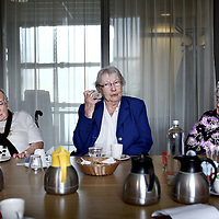 Nederland, Alkmaar , 30 april 2010..Vrouwen van Vertelgroep Zuid  vertellen hun levensverhaal tijdens een wekelijkse bijeenkomst in hotel de Palatijn..Foto:Jean-Pierre Jans