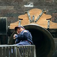 Toluca, Mex.- Un bombero en una escalera telescopica retira de la campana del palacio de gobierno los microfonos utilizados durante las festividades de Independencia. Agencia MVT / Mario Vazquez de la Torre. (DIGITAL)<br /> <br /> <br /> <br /> <br /> <br /> <br /> <br /> NO ARCHIVAR - NO ARCHIVE