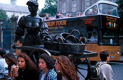 "IRELAND DUBLIN JUL99 - Tourists sit next to the Statue of Dublin's Molly Malone, the legendarily pretty marketwoman. Dubliners dubbed her the ""tart with the cart""...jre/Photo by Jiri Rezac..© Jiri Rezac 1999..Contact: +44 (0) 7050 110 417.Mobile: +44 (0) 7801 337 683.Office: +44 (0) 20 8968 9635..Email: jiri@jirirezac.com.Web: www.jirirezac.com..© All images Jiri Rezac 1999 - All rights reserved."