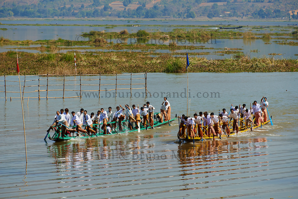 Myanmar (ex Birmanie). Province de Shan. entrainement pour les courses de bateau de la fete de Phaung-Daw U // Myanmar (Burma). Shan province. Fisher on the Inle lake, training for the Phaung-Daw U festival