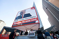 17 AUG 2009, BERLIN/GERMANY:<br /> SPD-Wahlwuerfel, Potsdamer Platz<br /> IMAGE: 20090817-03-175<br /> KEYWORDS: Wahlwürfel, Würfel, Roter Würfel, Wahlkampf, Bundestagswahl 2009