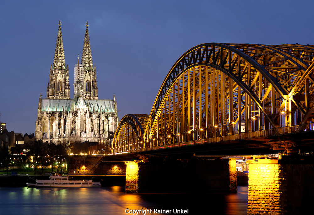 DEUTSCHLAND : Der Koelner Dom mit Hohenzollernbruecke und Rhein in Koeln / Bruecken .   GERMANY : Cologne Cathedral , Hohenzollern Bridge and Rhine river / Bridges.   07.01.2008.    Copyright by : Rainer UNKEL , Tel.: (0)228/477211, Fax: (0)228/477212