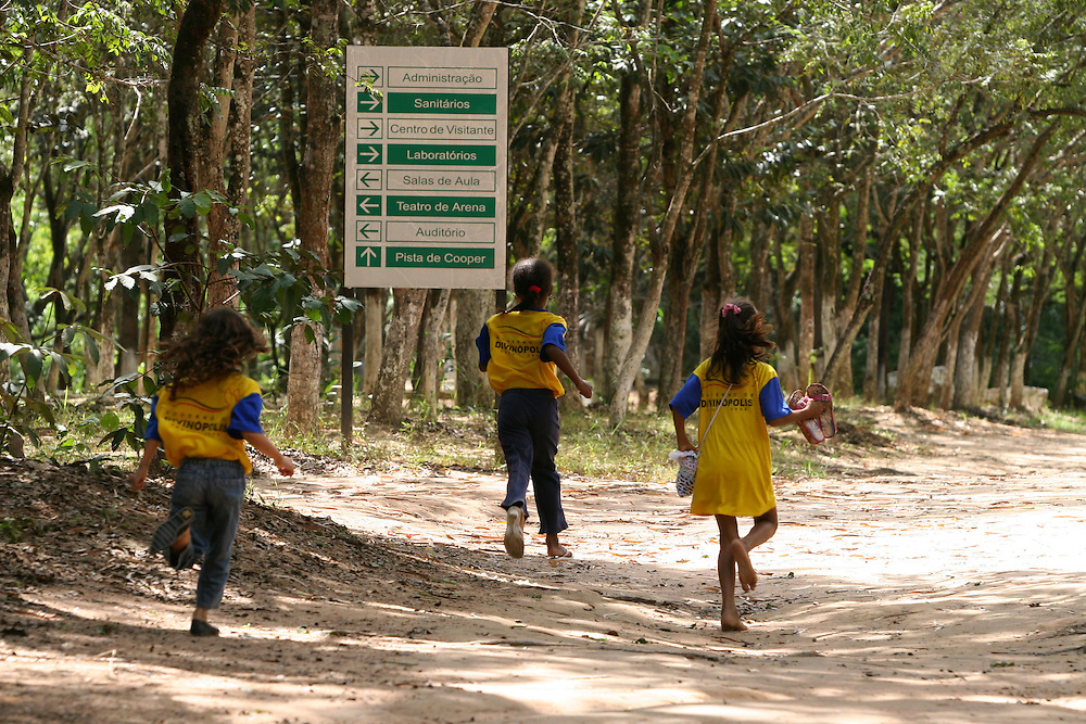 Divinopolis_MG, Brasil...Criancas no Parque dos Gafanhotos...Children in the Gafanhotos park...Foto: LEO DRUMOND / NITRO