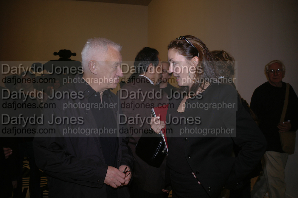 MICHAEL CRAIG-MARTIN AND JUDITH GREER. Private view for the Turner prize  2005.  Tate. Britain. 17 October 2005. ONE TIME USE ONLY - DO NOT ARCHIVE © Copyright Photograph by Dafydd Jones 66 Stockwell Park Rd. London SW9 0DA Tel 020 7733 0108 www.dafjones.com