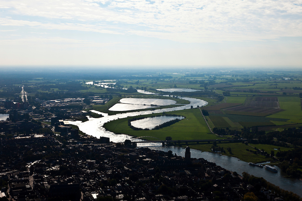 Nederland, Overijssel, Gemeente Deventer, 03-10-2010; de meanderende IJssel met IJsselbruggen in zuidoostelijke richting, met silhouette van de binnenstad. .The meandering IJssel and IJssel bridge south-east, with the silhouette of th town..luchtfoto (toeslag), aerial photo (additional fee required).foto/photo Siebe Swart