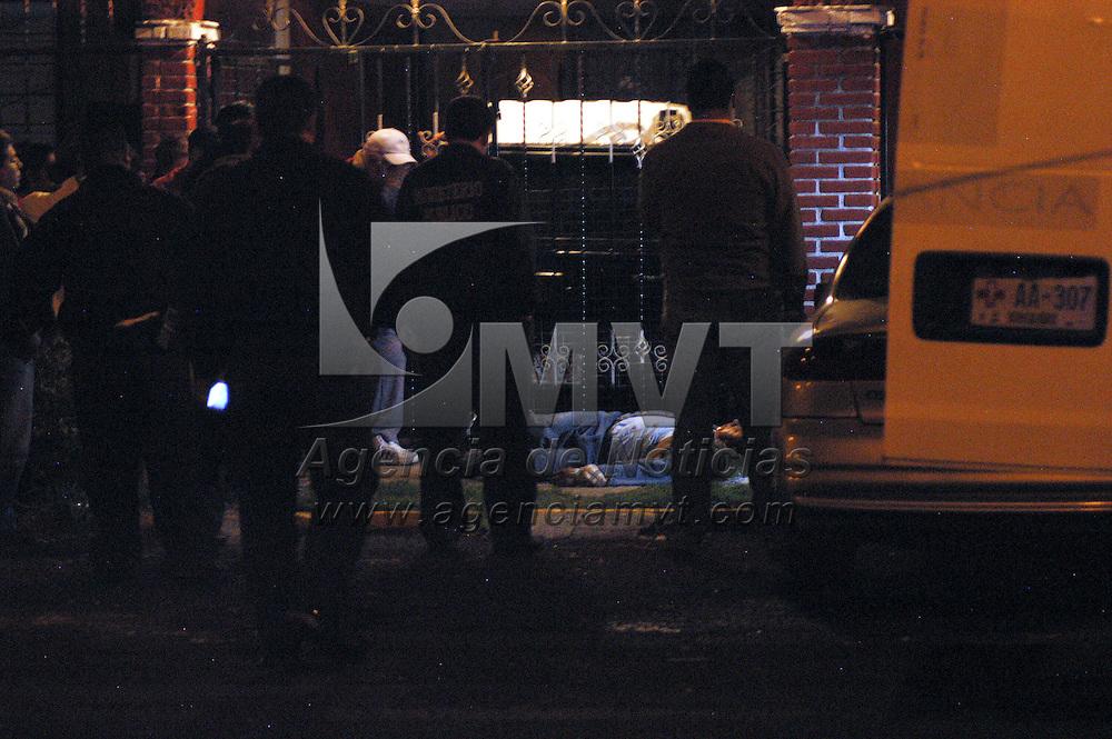 METEPEC, Mexico.- Un hombre fue asesinado de un disparo en el pecho cuando salia de su casa en la colonia La Pila. Agencia MVT / Francisco C. Velazquez. (DIGITAL)