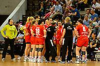 technische Auszeit der Mannschaft von Leverkusen, in der Mitte Trainerin Renate Wolf (TSV) gibt Anweisungen