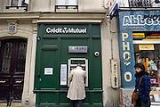 Frankrijk, Parijs, 28-3-2010Filiaal van de bank credit mutuel met geldautomatenFoto: Flip Franssen/Hollandse Hoogte