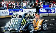 ROTTERDAM - Giedo van der Garde demonstreert een burn out met zijn Caterham F1-Team auto tijdens het evenement City Racing Rotterdam.